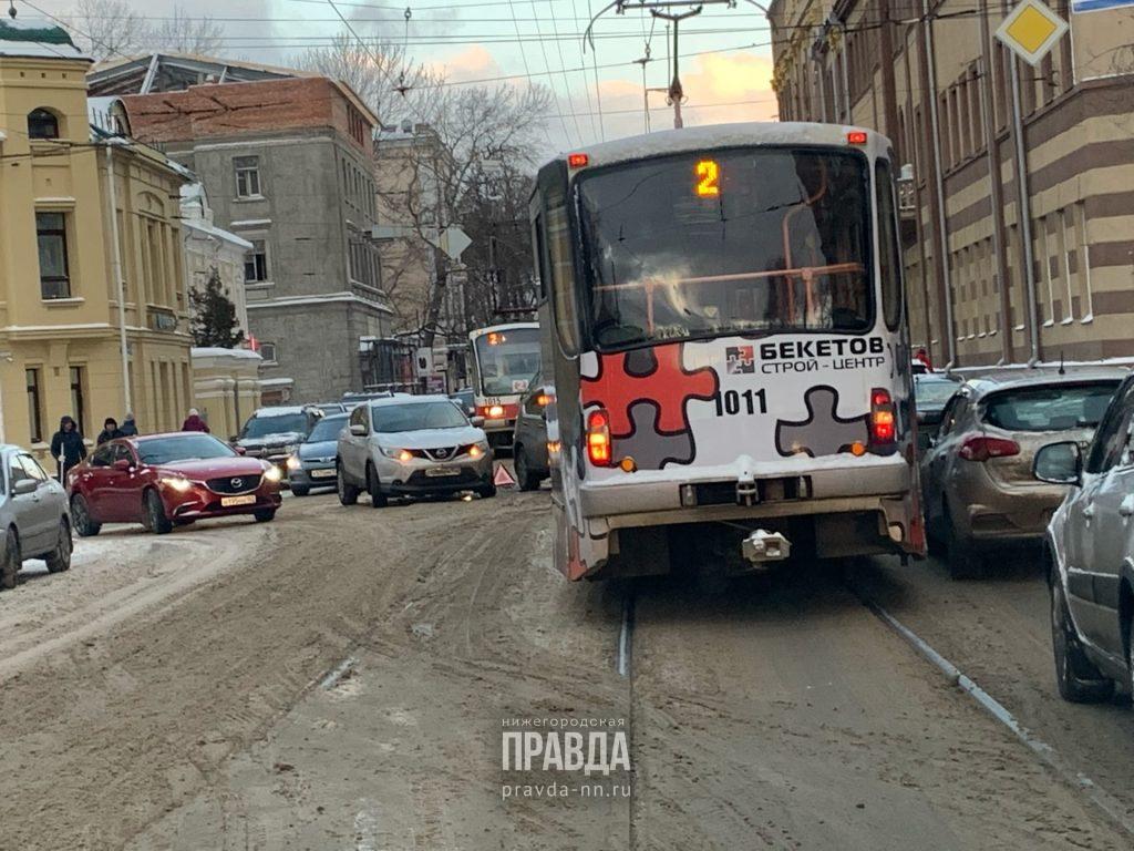 Трамваи встали на Большой Печерской из-за ДТП на путях
