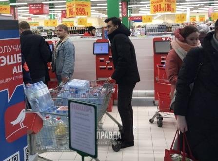 Жители Автозаводского района массово скупают воду в магазинах