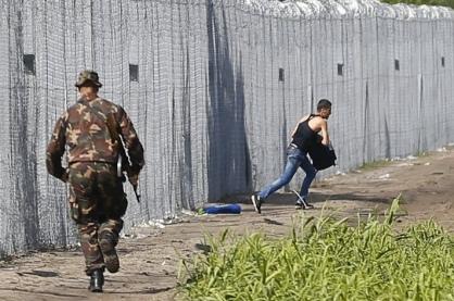 Нижегородец перекинул 14 телефонов в запретную зону и оторвал погон сотруднику исправительной колонии, пытаясь сбежать от преследования