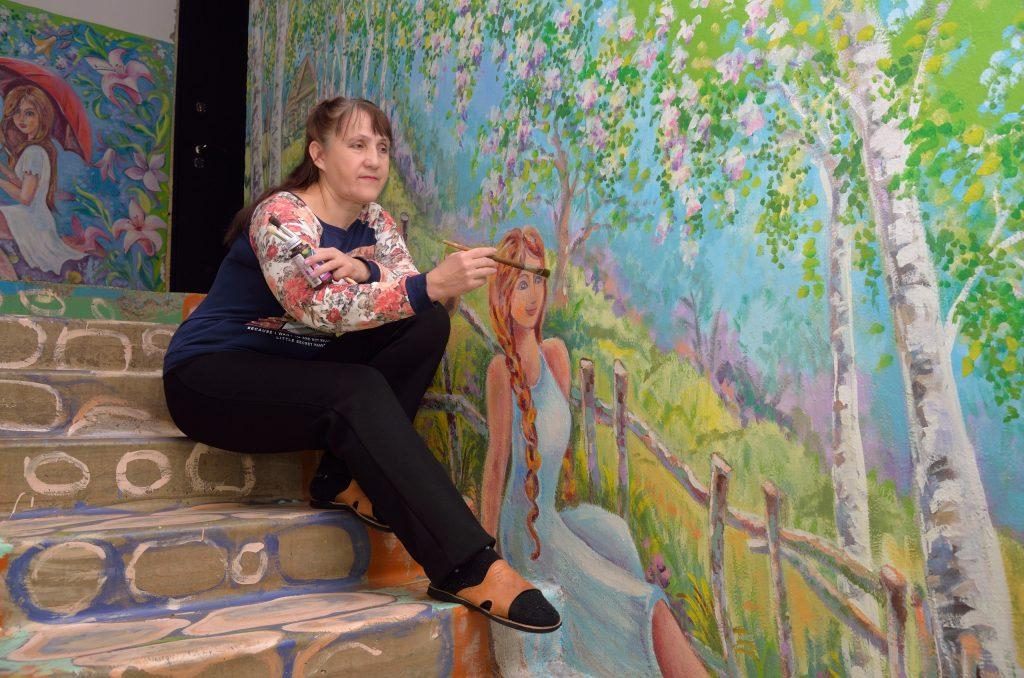 Арзамасская художница превратила подъезд в сказку