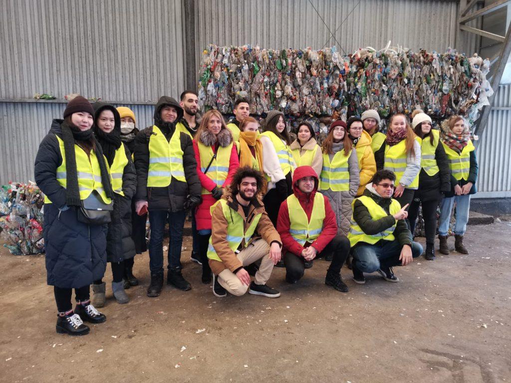Для влюбленных вэкологию студентов эко-клуба лингвистического университета провели экскурсию намусоросортировочную линию
