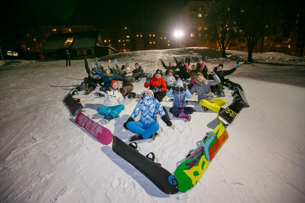 Нижегородские сноубордисты выложили из себя и своих досок фигуру в форме сердца