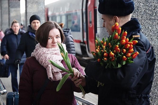 Цветы и песни подарили нижегородкам сотрудники полиции
