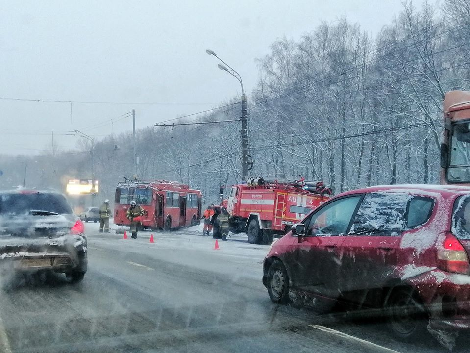 Троллейбус врезался в фонарь на проспекте Гагарина: двух пассажиров доставили в больницу