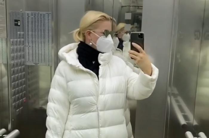 Екатерина Одинцова нарушила домашний режим и отправилась на прогулку с внуком