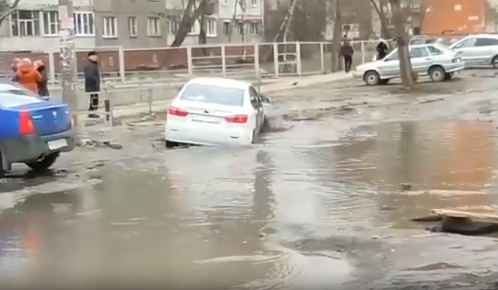 Машина такси Uber едва не утонула в луже в Канавинском районе