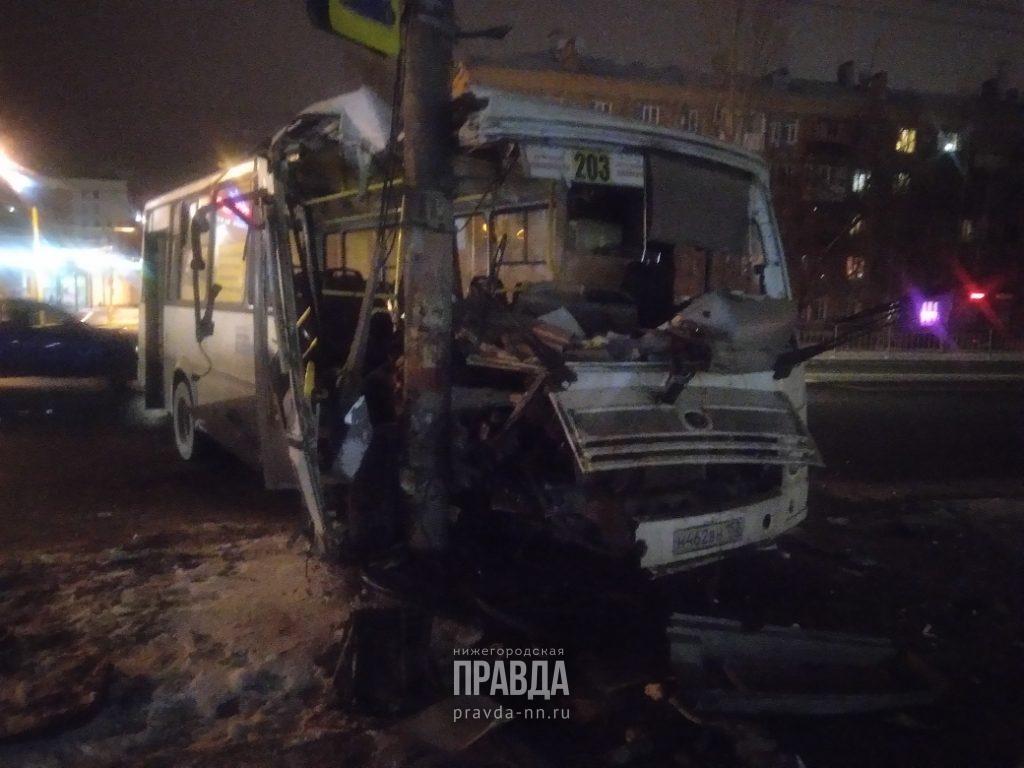 Автобус врезался в столб на Сормовском шоссе: есть пострадавшие