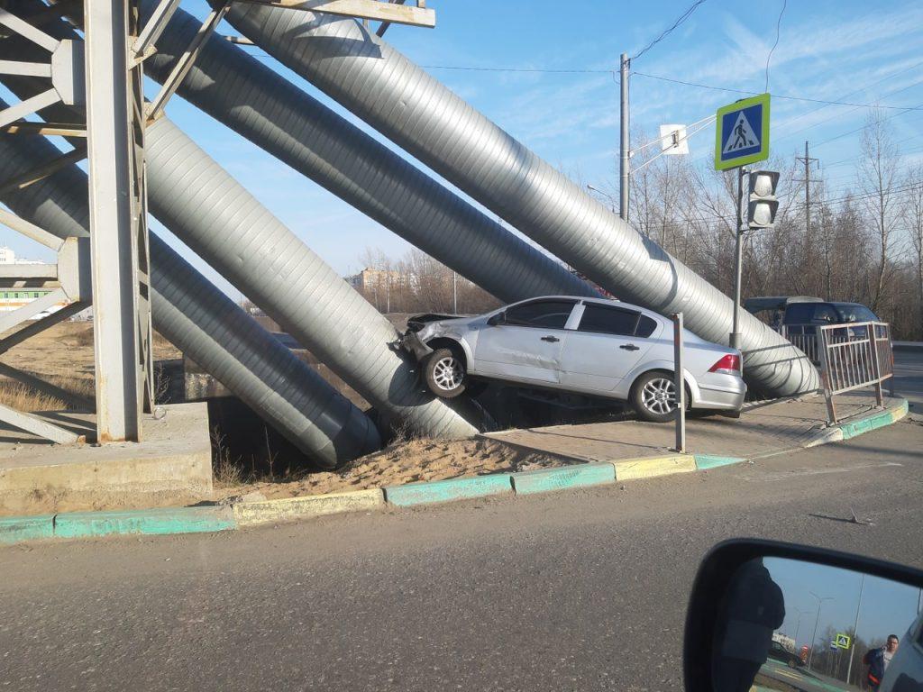 Машина врезалась в трубы теплотрассы в Московском районе(ВИДЕО)