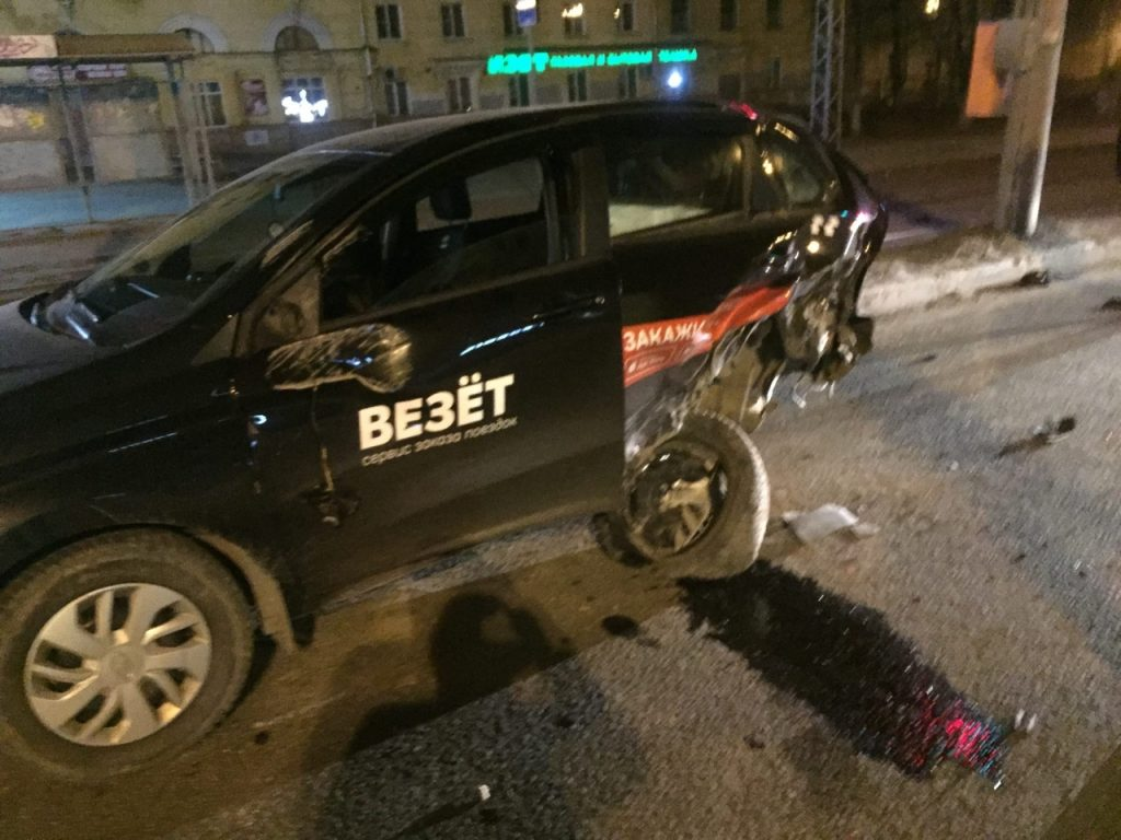 Иномарка протаранила машину такси на улице Коминтерна
