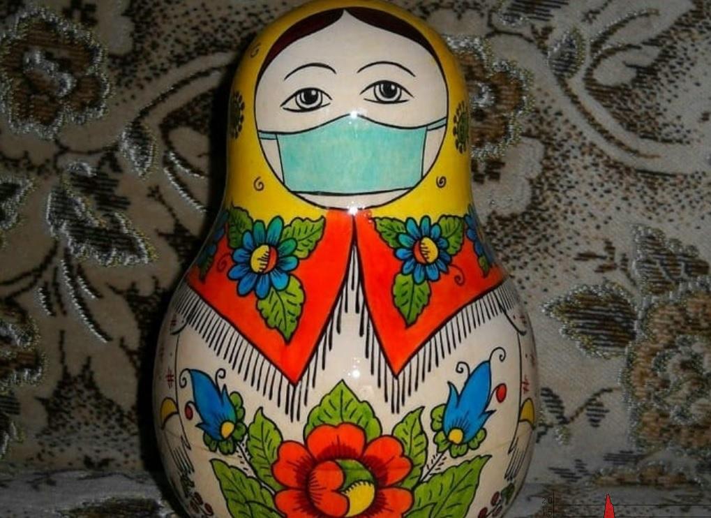 Фото дня: на семеновскую матрешку «надели» маску