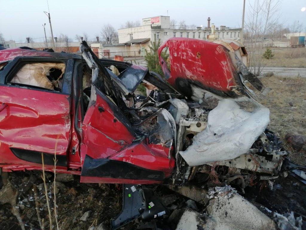 Водитель «Porsche Macan» на бешеной скорости врезался в бетонный забор: 1 погибший, 2 раненых