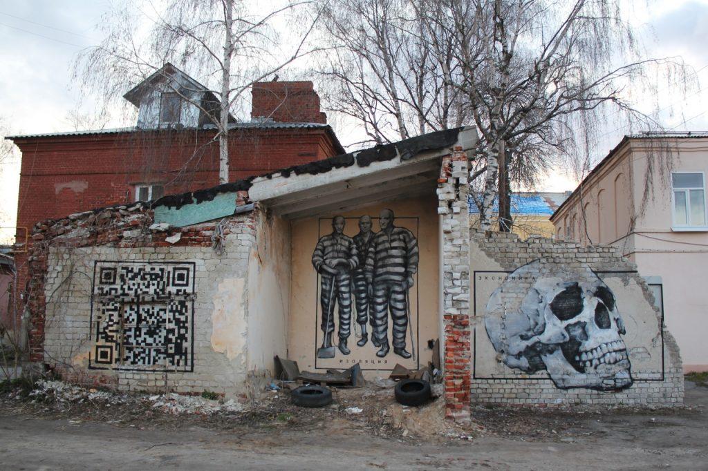 QR-код, люди в противогазах и изоляция: коронавирусный стрит-арт появился в одном из нижегородских дворов