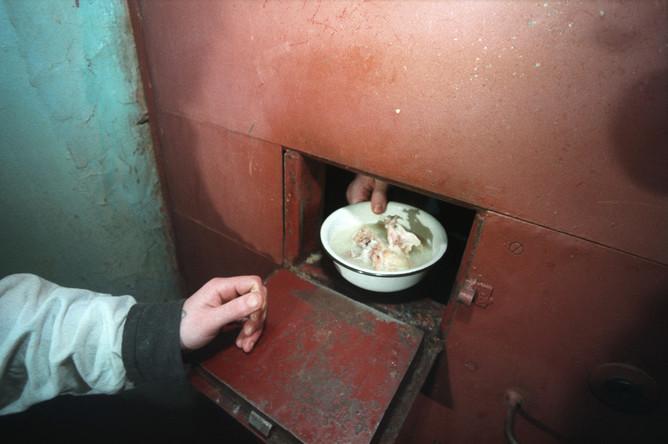 Заключенный напал на сотрудника колонии, который его кормил
