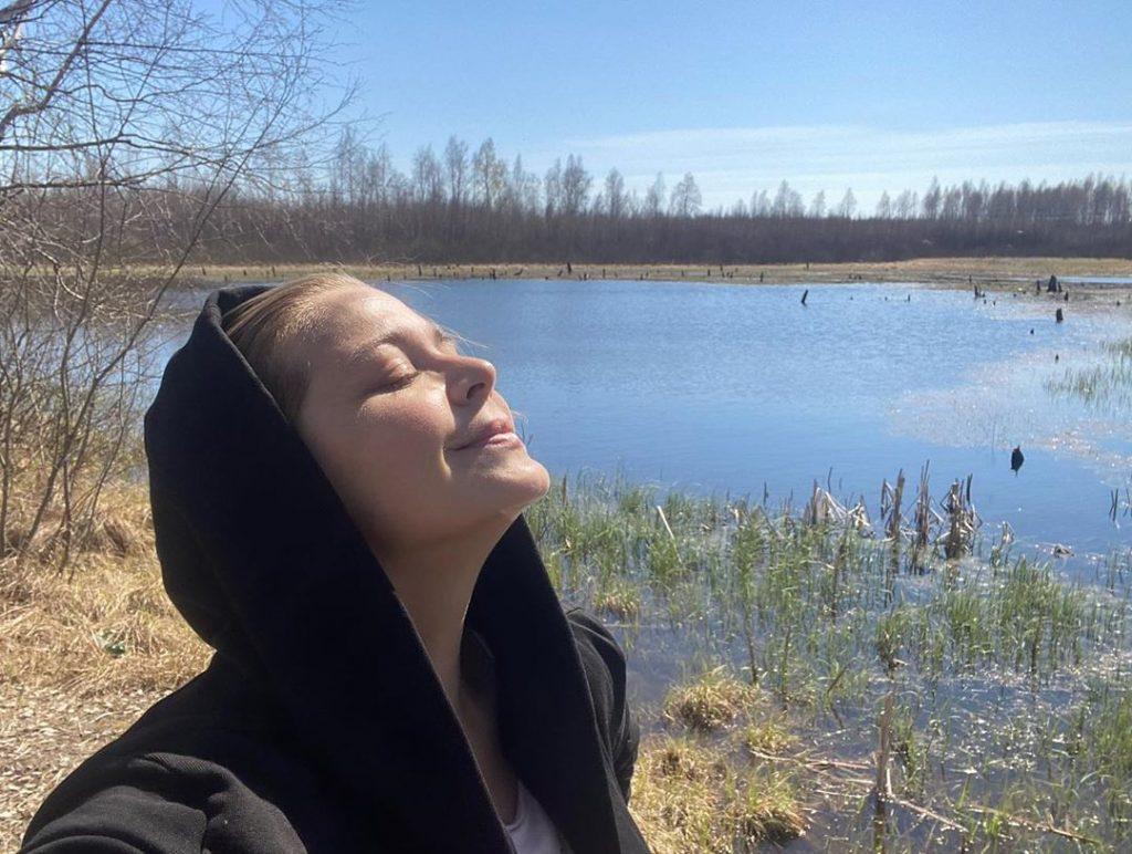Ирина Пегова без макияжа и в толстовке пошла гулять по солнечной Выксе