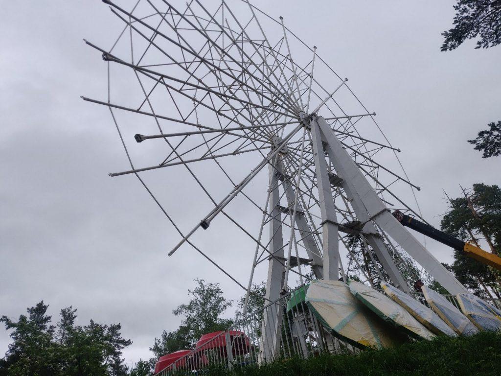 В Дзержинске разбирают колесо обозрения