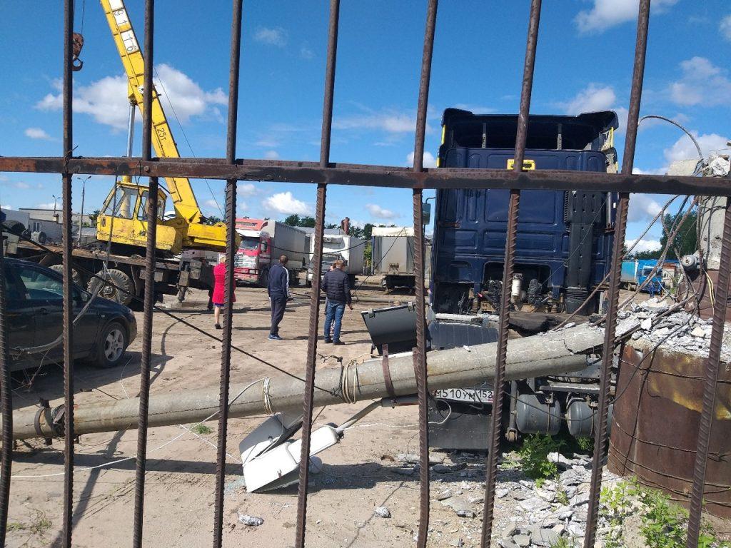 Водитель строительного крана не опустил стрелу и снес четыре столба в Дзержинске