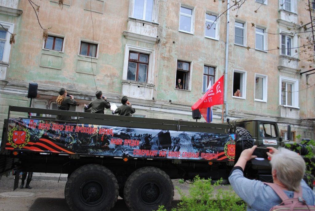 Видео дня: Песни военных лет звучат во дворах ветеранов в Дзержинске