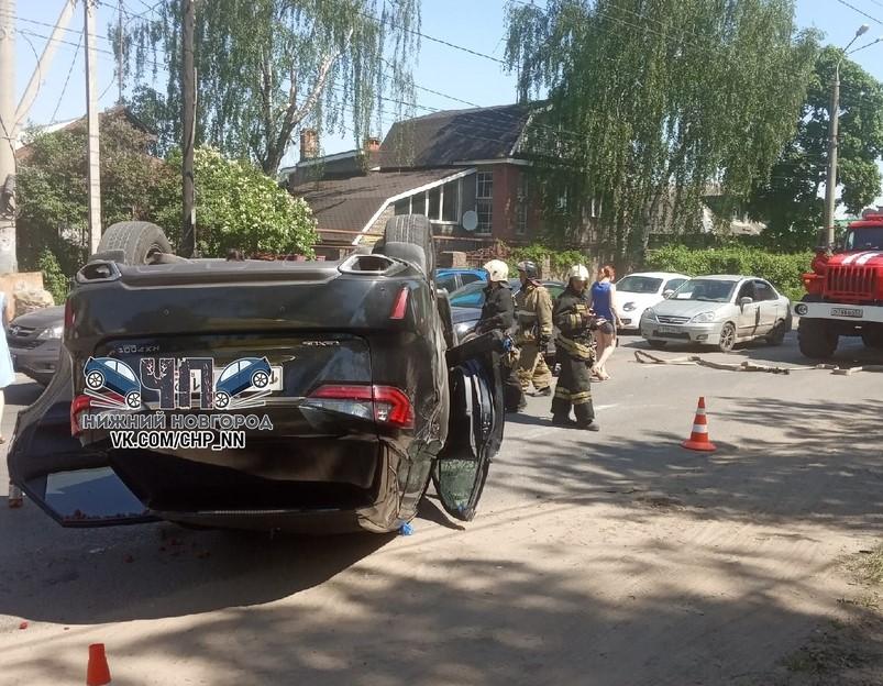 Лексус перевернулся на улице Землячки в Нижнем Новгороде