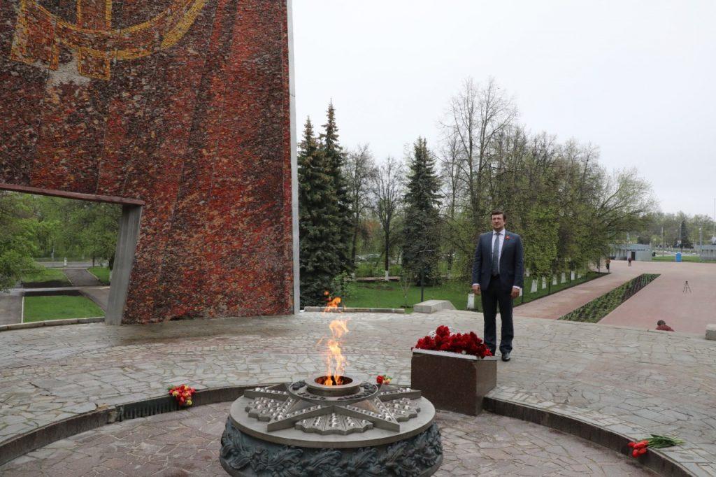 Глеб Никитин возложил цветы кМемориалу Славы ипамятнику газовской «полуторке» наАвтозаводе