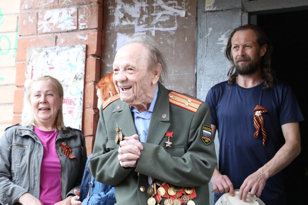 Волонтеры организовали концерт для Героя Советского Союза Александра Кузнецова