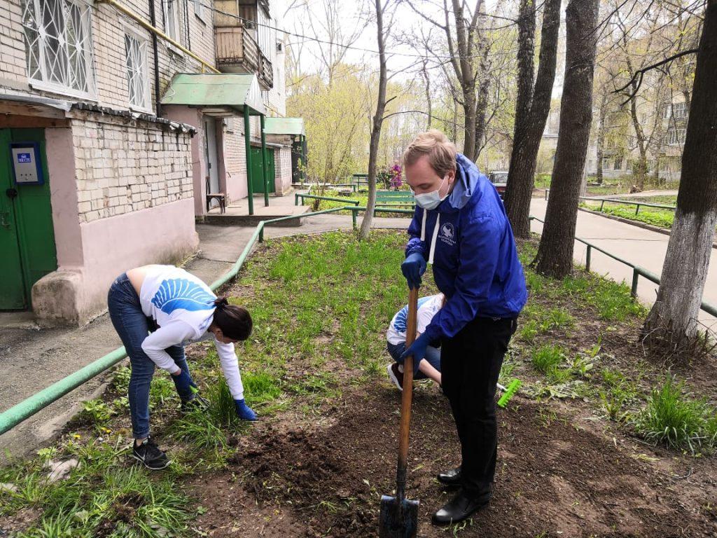 «Волонтеры Победы» украшают придомовые территории ветеранов