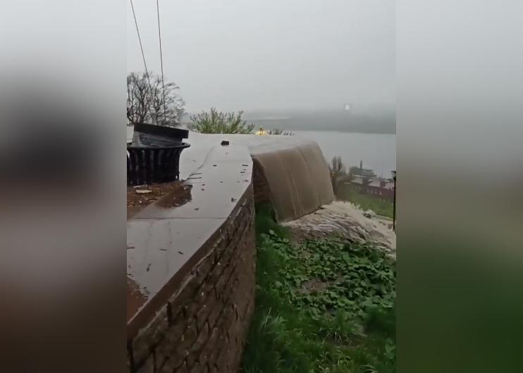 Вода переливалась через бордюр: набережную Федоровского затопило в Нижнем Новгороде (ВИДЕО)