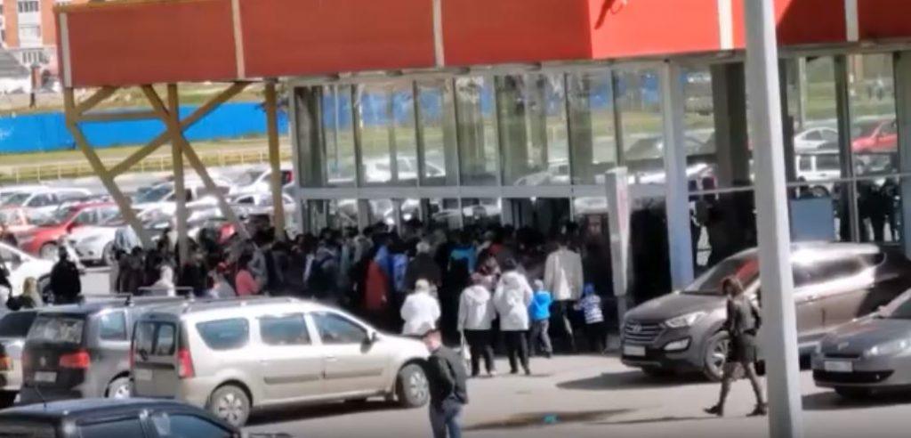 Гипермаркет «Карусель» в Дзержинске, где образовалась огромная очередь, закрыли