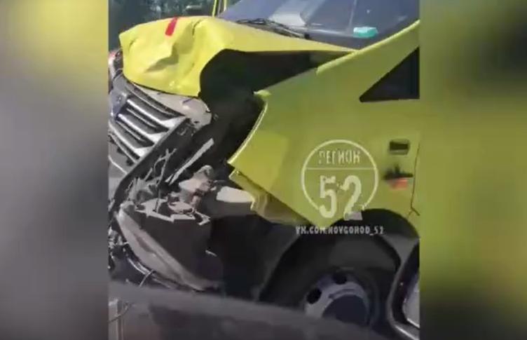 Иномарка столкнулась с каретой скорой помощи в посёлке Рекшино