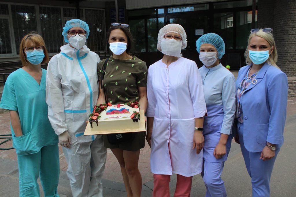 Торт с флагом России подарили врачам в Городце