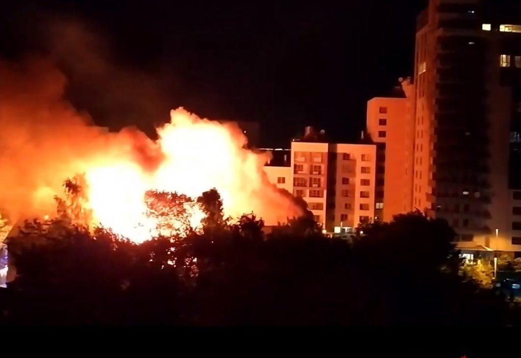 Жуткий пожар вспыхнул рядом с «Клубным домом на Нижегородской»