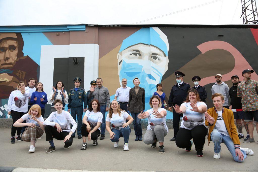ВДень России вНижнем Новгороде торжественно открыли граффити, посвященное героям борьбы спандемией