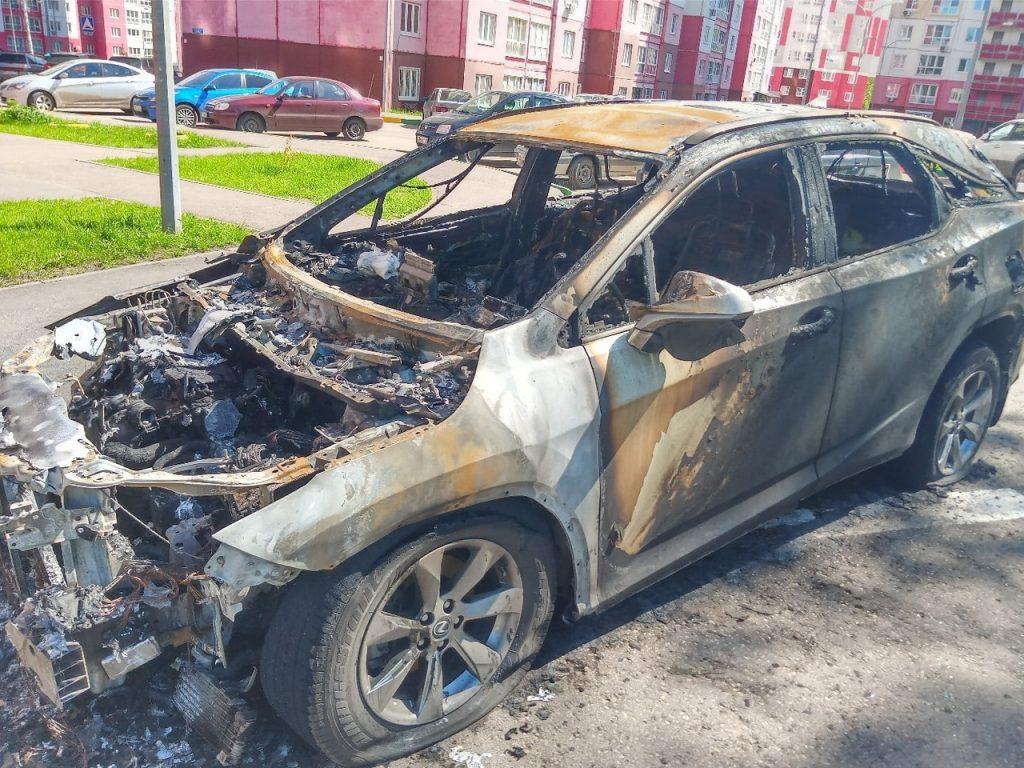 Неизвестные подожгли автомобиль Lexus в ЖК «Белый город»