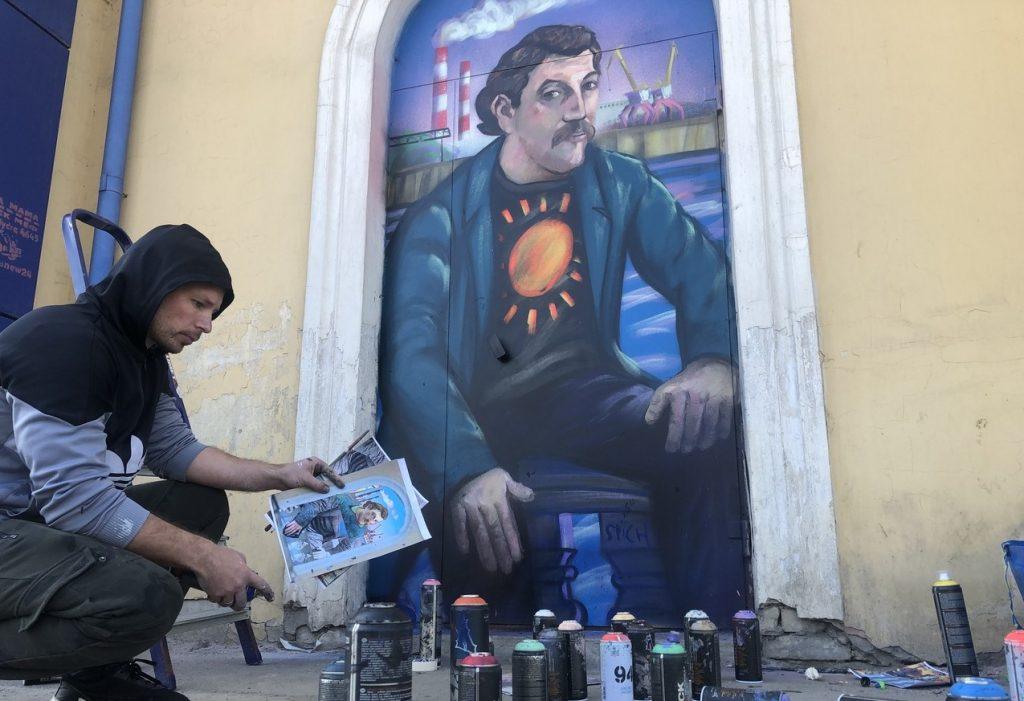 Новый стрит-арт с портретом художника Гогена появился на одном из домов в Дзержинске (ВИДЕО)