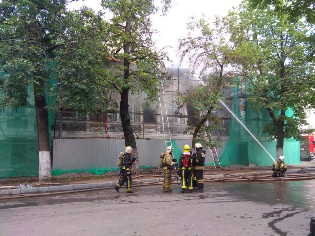 Пожарные спасают ценные экспонаты из Литературного музея Горького, который загорелся в Нижнем Новгороде