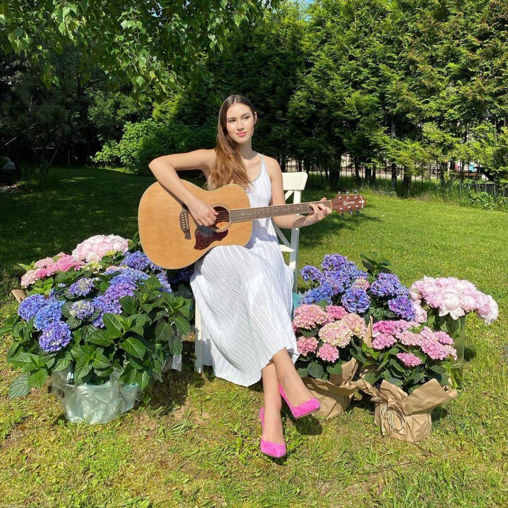 Дочь Екатерины Одинцовой стала участницей онлайн-выпускного для «малышек на миллион»