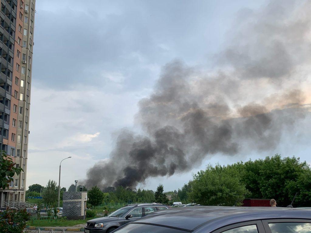 Склады загорелись рядом с улицей Родионова