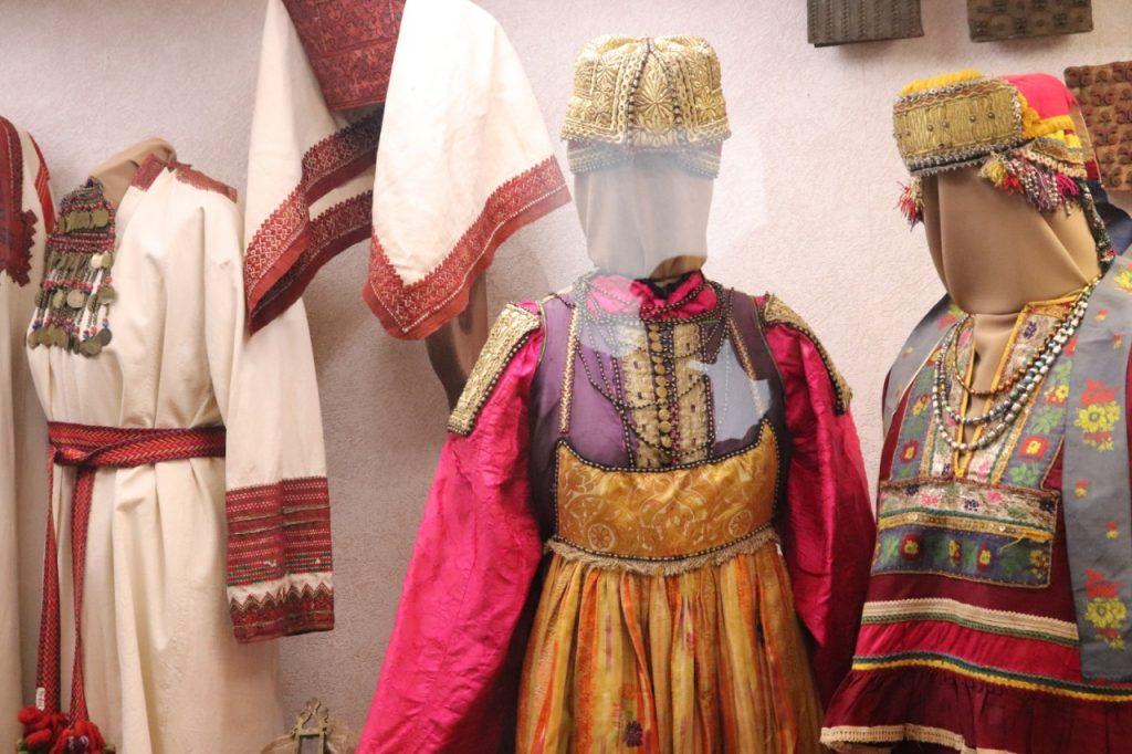 Более сотни костюмов XVIII—XXвеков представлены вусадьбе Рукавишниковых