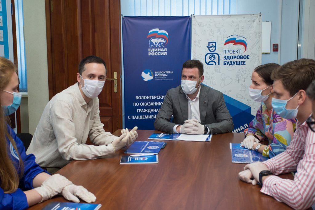 Давид Мелик-Гусейнов вместе с волонтерами поздравили медиков с профессиональным праздником