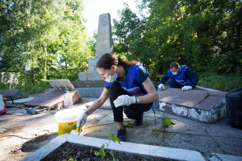 Активисты «Единой России» привели в порядок мемориал героям Великой Отечественной войны в Ленинском районе Нижнего Новгорода