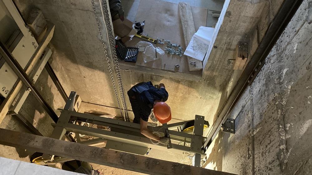 Монтаж лифтов начался вдомах 8 и10 ЖК «Новинки Smart City»