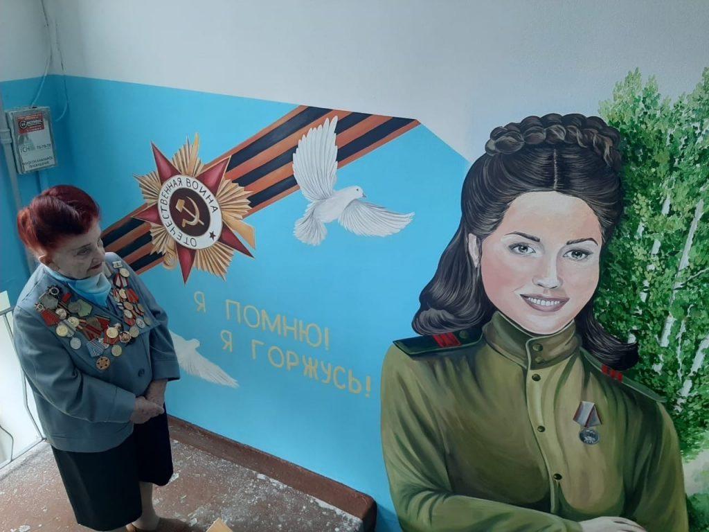 Нижегородские художники нарисовали портрет участницы Великой Отечественной войны в доме, где она живет