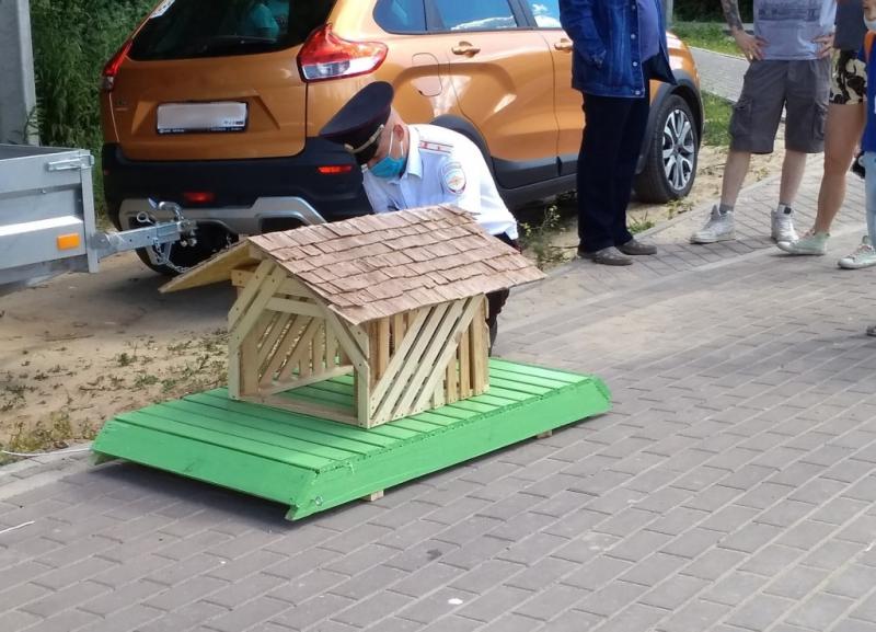 Фото дня: нижегородские полицейские смастерили дом для семьи уток в Борском районе