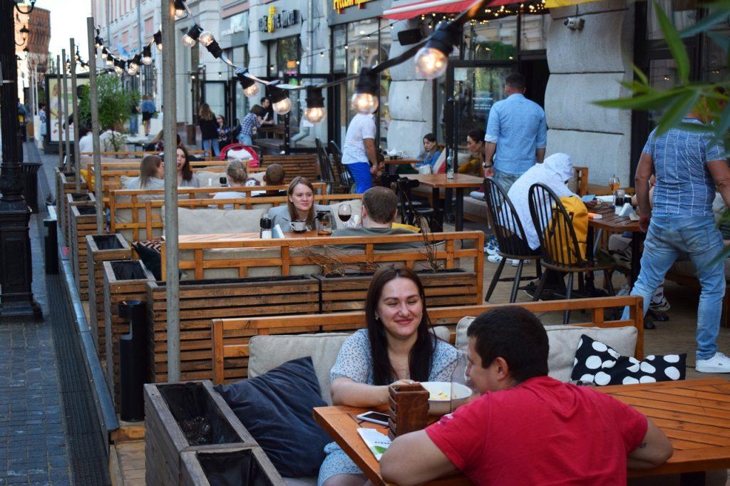 Нижегородцы облюбовали для отдыха летние веранды: смотрим, как рестораны возвращаются к жизни