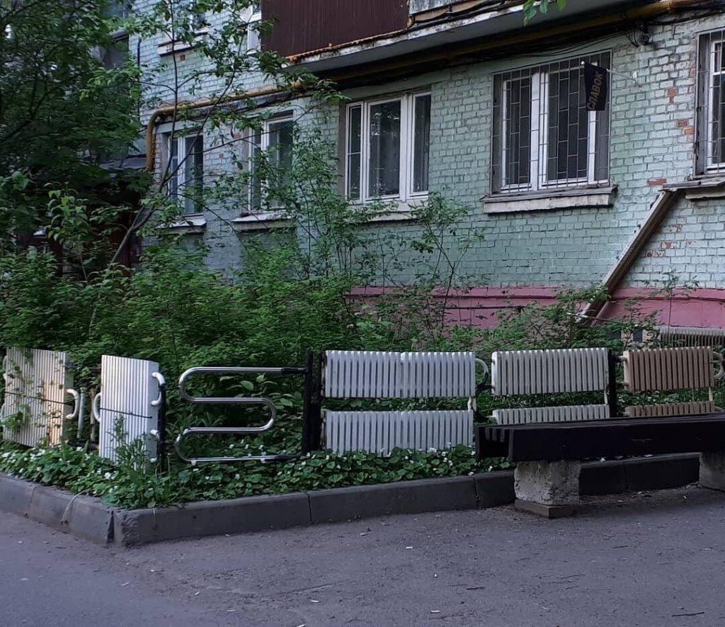«Суровый русский дизайн»: в Сарове собрали забор из старых батарей
