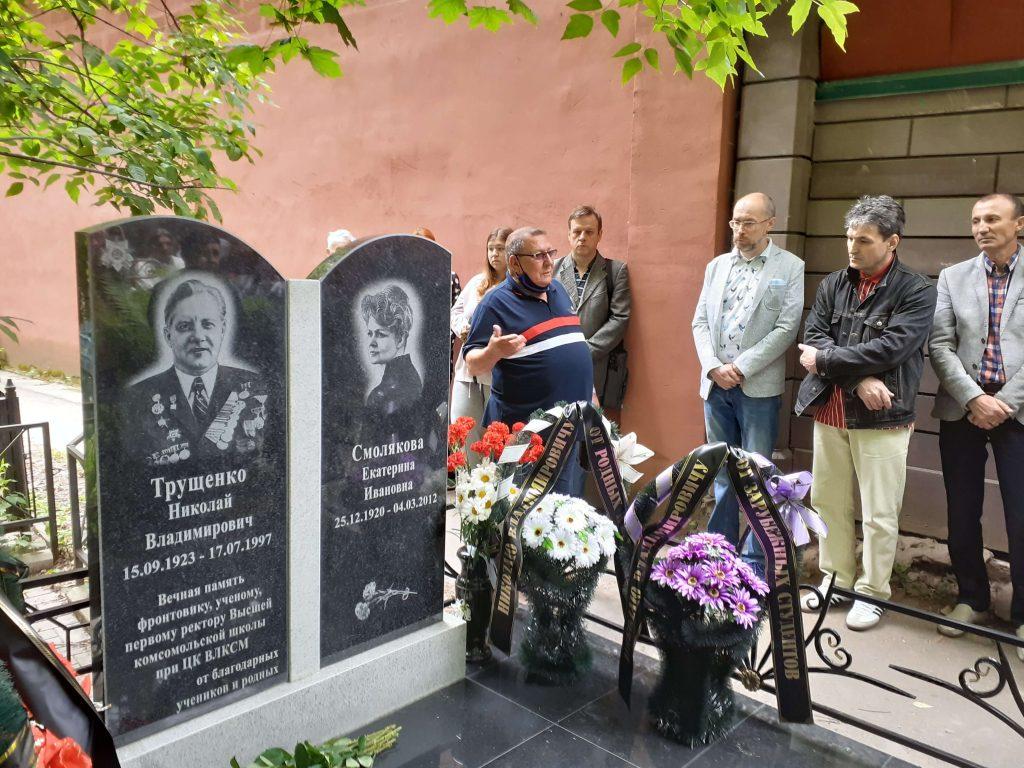 Выпускники Высшей комсомольской школы благоустроили могилу своего ректора Николая Трущенко в Нижнем Новгороде