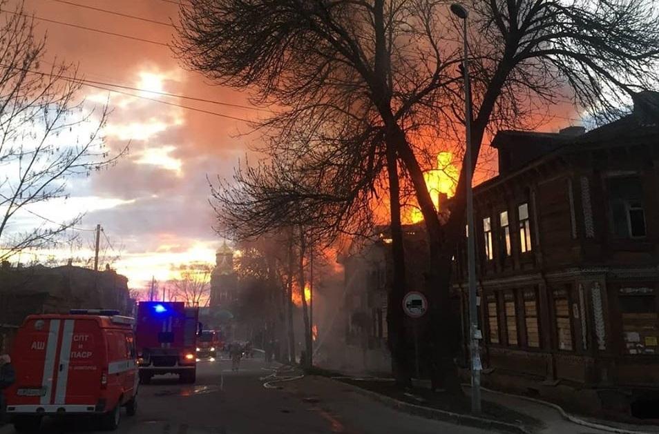 Полиция выдвинула несколько версий пожара в старинных домах в центре Нижнего Новгорода