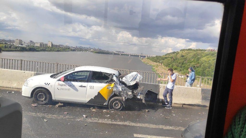 Машина Яндекс.такси попала в ДТП на Молитовском мосту
