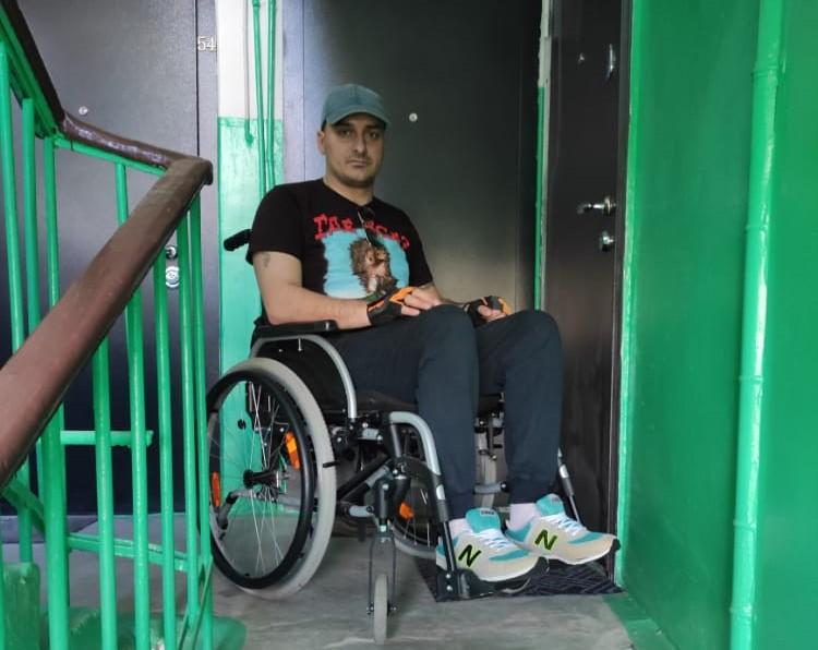 Инвалид-колясочник из Дзержинска не может самостоятельно выйти из дома