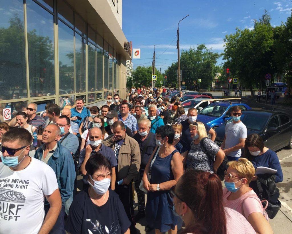 Огромные очереди образовались около МФЦ в Дзержинске