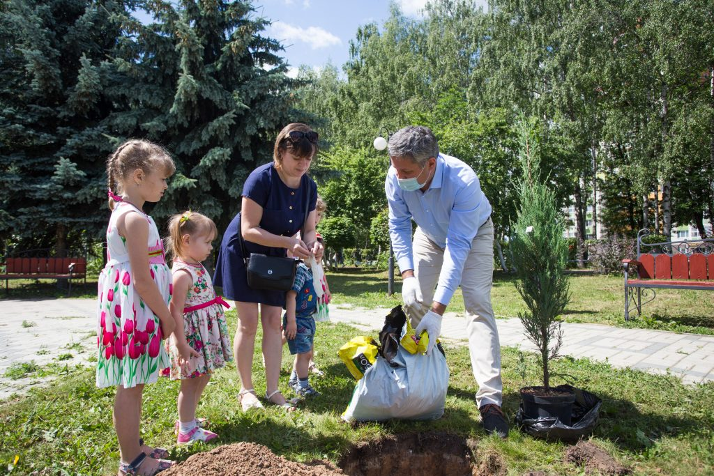Многодетные семьи высадили туи у памятника Петру и Февронии в Приокском районе